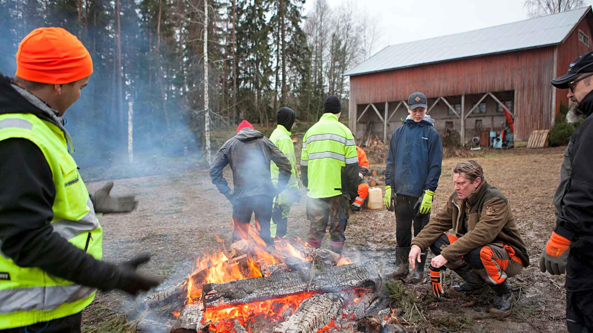 Pellolle sytytetty taukotuli lämmittää hyisessä säässä. Talkooporukka auttoi aikanaan myös Vesan isää kuusirumbassa. Kuvassa Tom Lindholm (vas.), Ilkka Leppänen, Vesa Karvonen ja Ilari Örnberg.