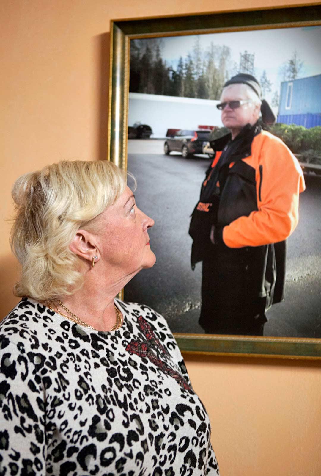 Vesa Karvosen edesmenneen Jukka-isän kuva koristaa remontoitavan talon seinää. Kuva tuo muistoja Irmeli Karvoselle.