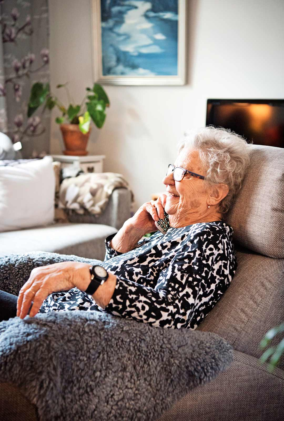 Elli puhuu puhelimessa Mäntyharjulla asuvan Lempi-siskon kanssa lähes päivittäin. Elli ottaa usein päiväunetkin mukavassa nojatuolissaan.