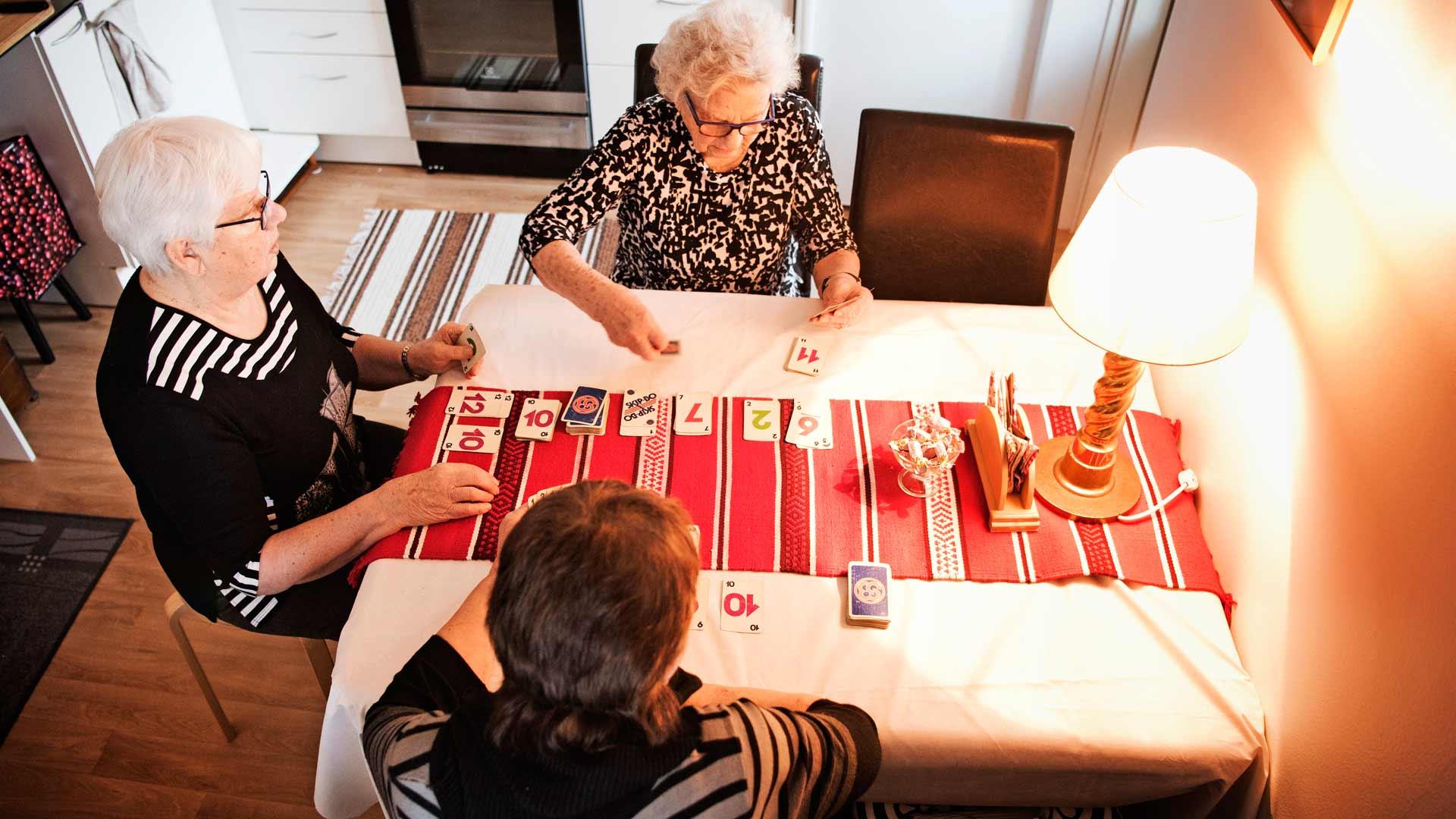 Ystävykset Mirjam (vas.), Elli ja Airi pelaavat mielellään Skip-Bota.