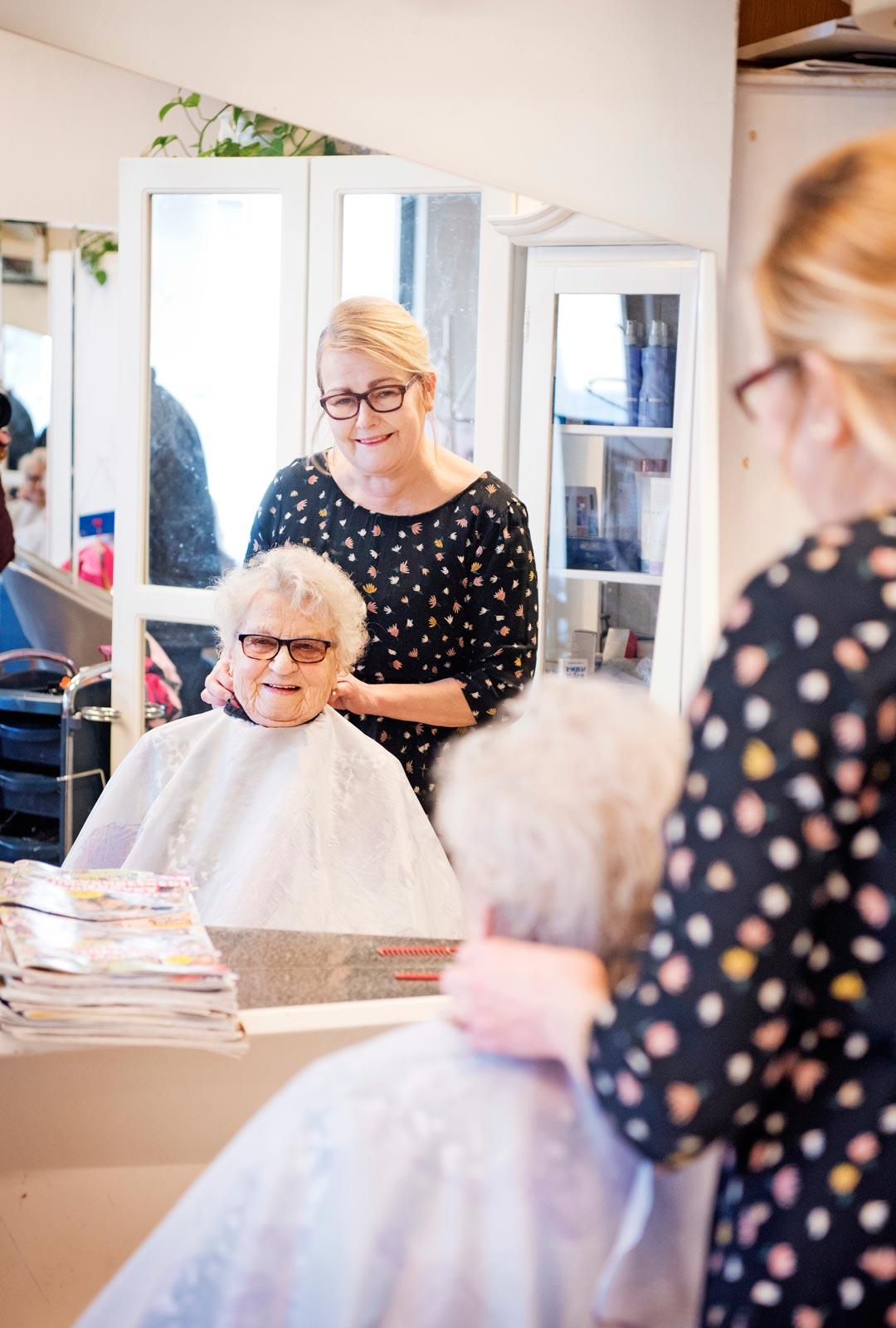Elli käy säännöllisesti Pirjo Sjölundin hoivissa laitattamassa tukkansa.