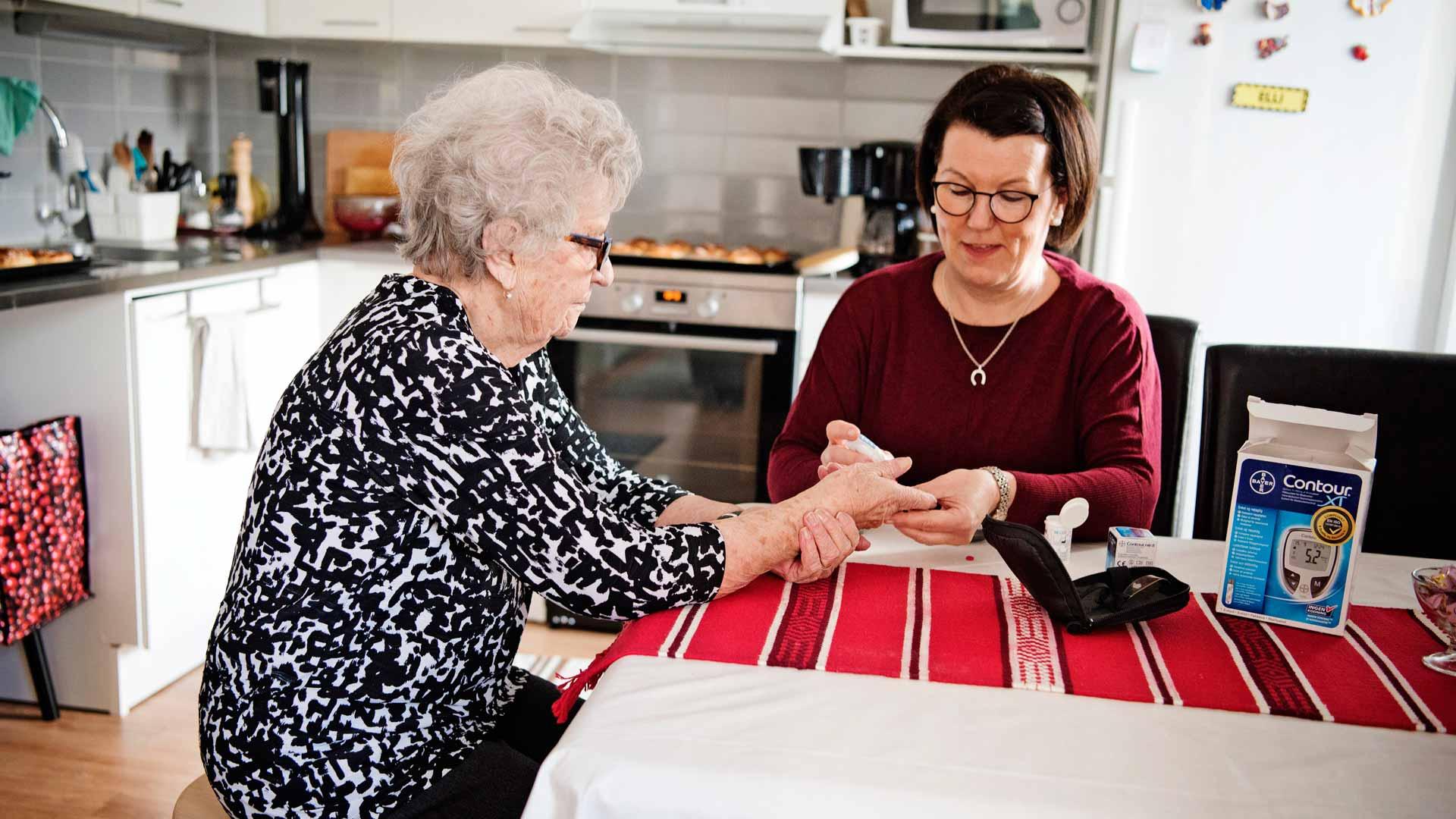 Jaana-tytär mittaa silloin tällöin Ellin sokeriarvot ja verenpaineen. Jaana on äitinsä lääkevastaava ja Nina-sisko talousvastaava.
