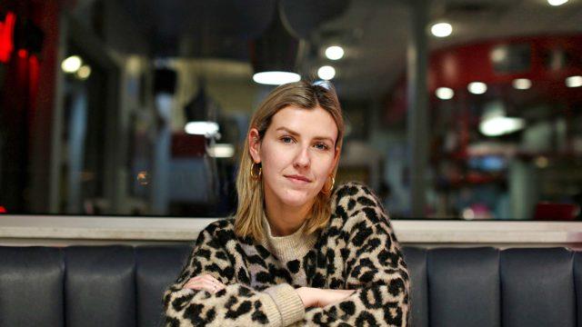Brittiläinen tutkiva toimittaja Ellie Flynn tutustuu lapsivaimo -ilmiöön.
