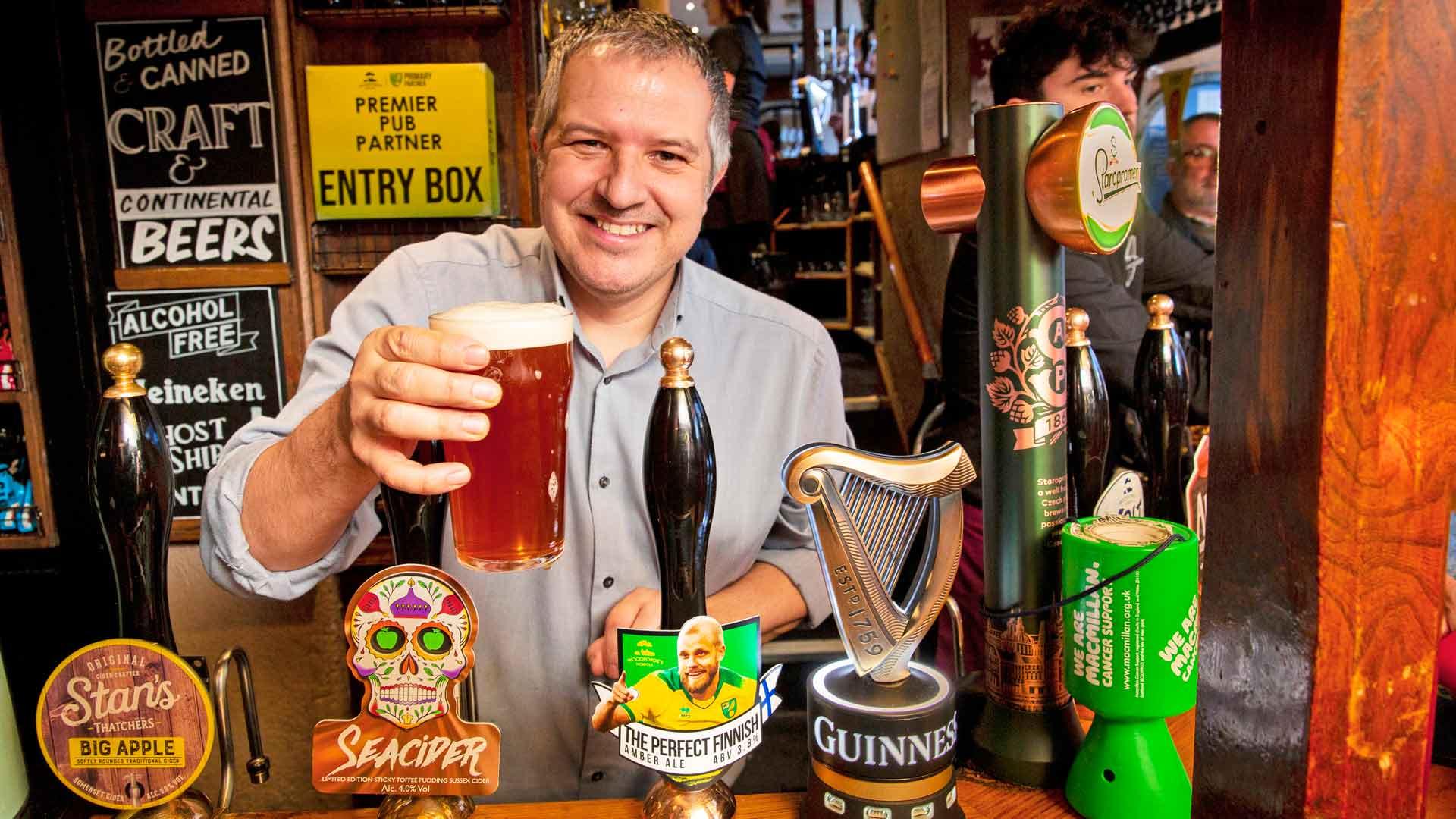 The Murderers -pubin omistaja Philip Cutter vitsailee, että Teemu Pukki joutuu maksamaan ekstraa oluestaan.