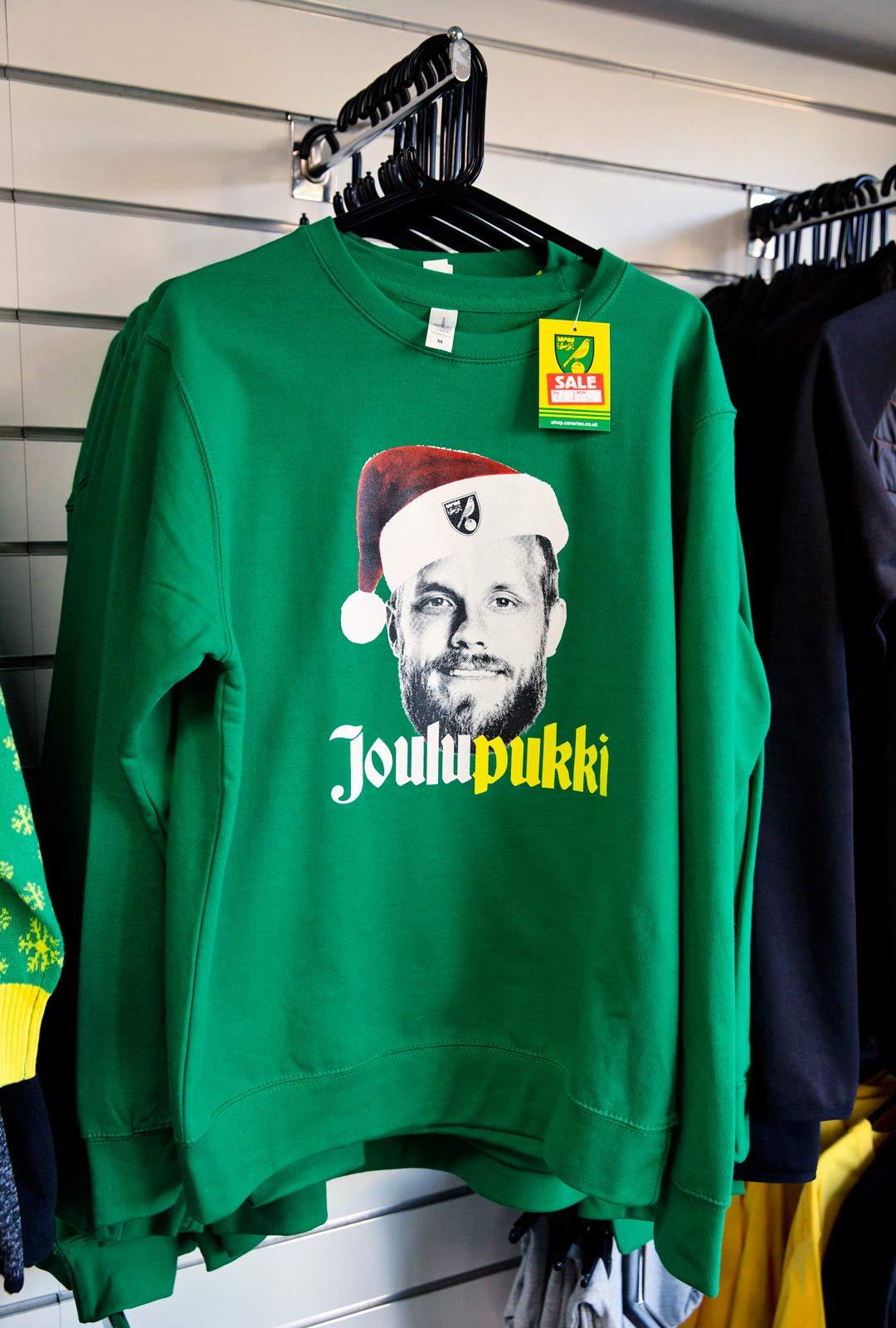 Joulupukki-paidat ovat käyneet kaupaksi Suomessa seuran pop up -myynneissä.