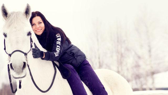Rakkaat harrastukset, kuten ratsastaminen, antavat Mari Valosaarelle voimaa ja lievittävät stressiä.