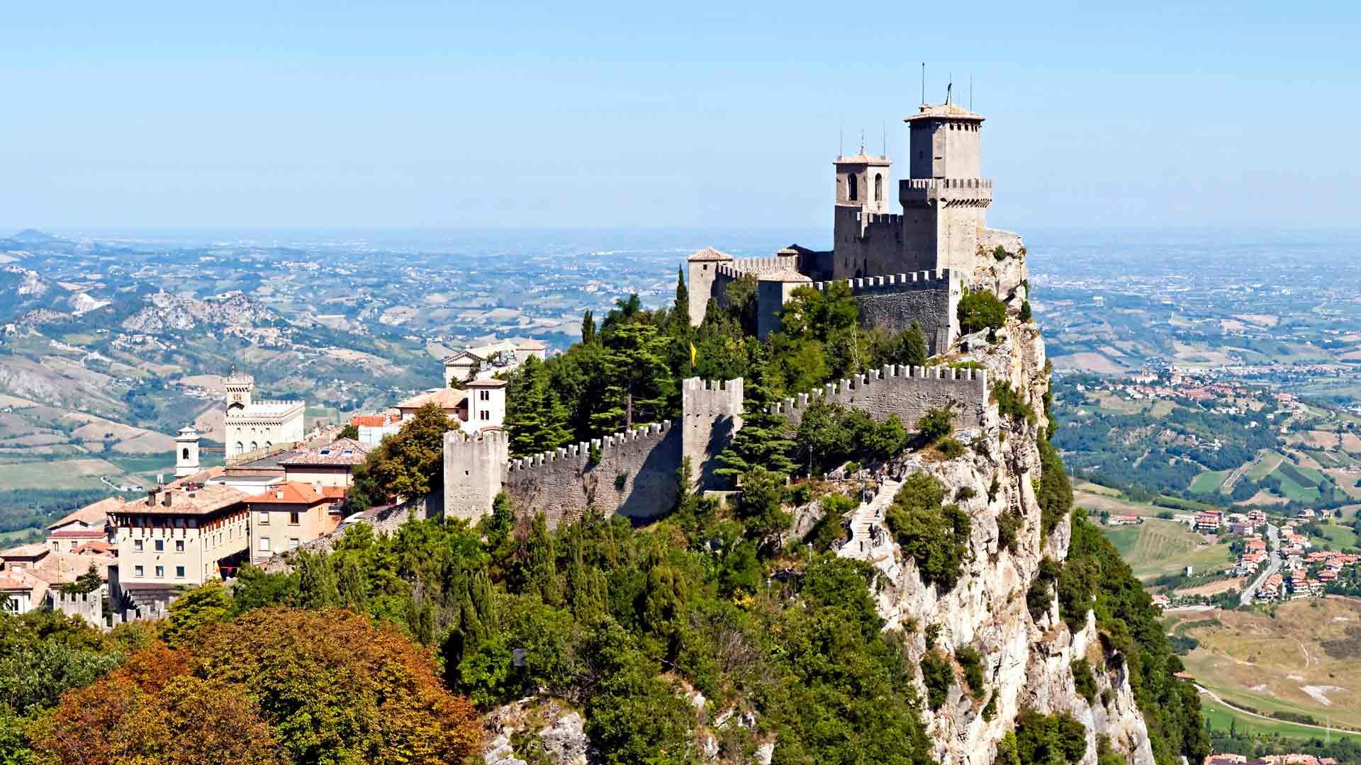 Cattolicasta voi tehdä päiväretken San Marinon kauniiseen lilliputtivaltioon.