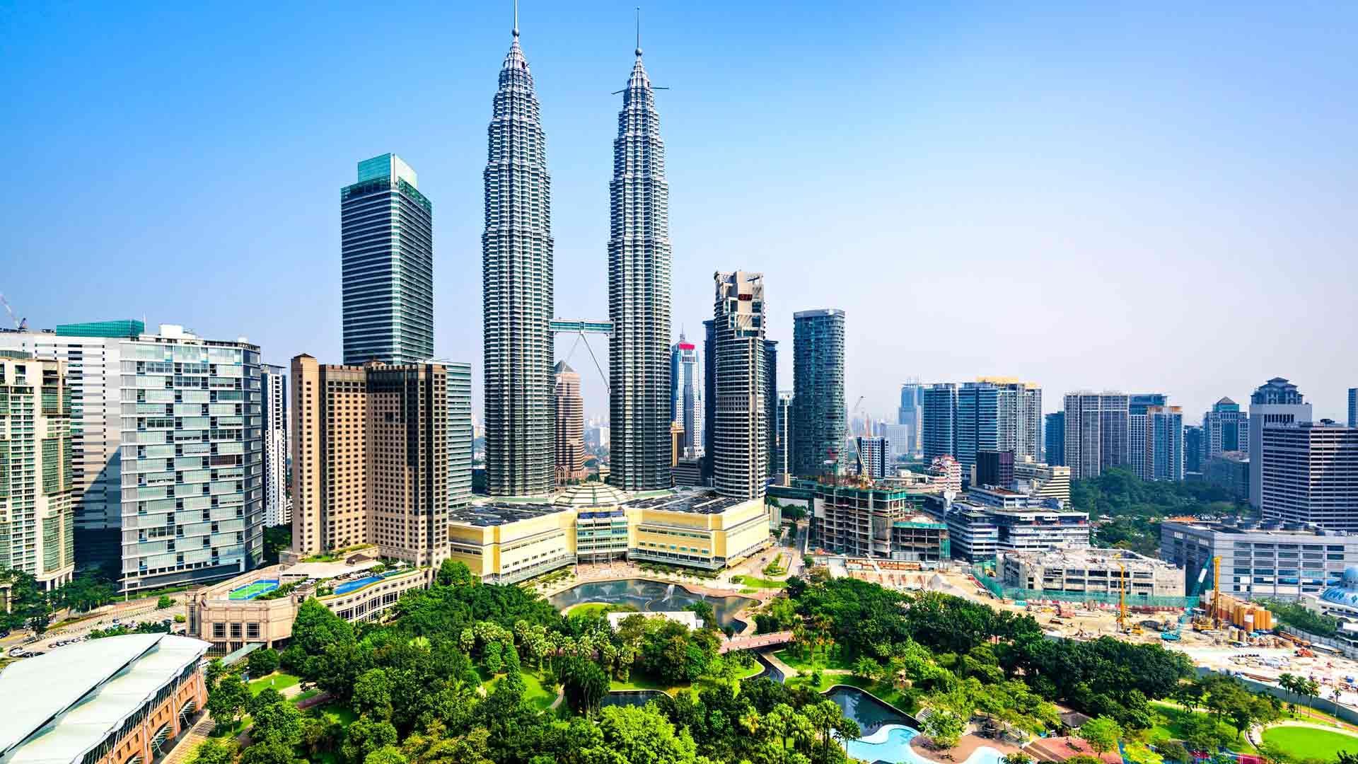 Kuala Lumpurin maamerkki ovat Petronasin kaksoistornit ja keskelle metropolia levittäytyvä sademetsä, KL Forest Eco Park.