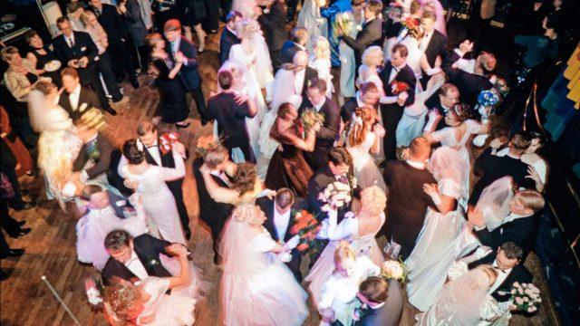 Millennium-risteilyn häävalssina soitettiin Akseli ja Elina. Tämä kuva Cinderellan megahäistä julkaistiin Seurassa tammikuussa 2000.