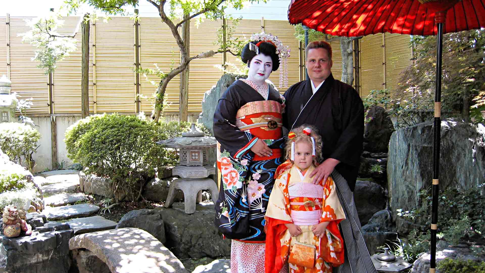 Nean ollessa taaperoikäinen Sutiset asuivat kolme vuotta Tokiossa, sitten Münchenissä siihen asti, kunnes Nea meni kouluun.