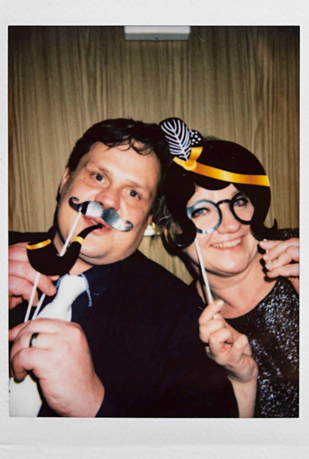 Polaroid-kuvissa hassuteltiin juhlallisesti.