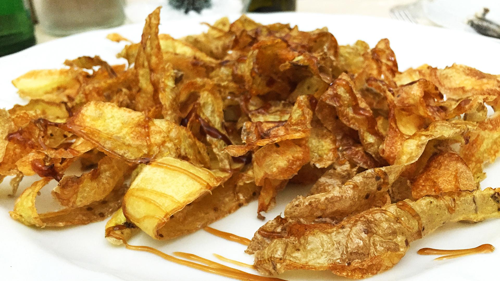Haluatko kulut kuriin? Näillä vinkeillä säästät varmasti. Perunankuorista syntyvät helposti omatekoiset chipsit.