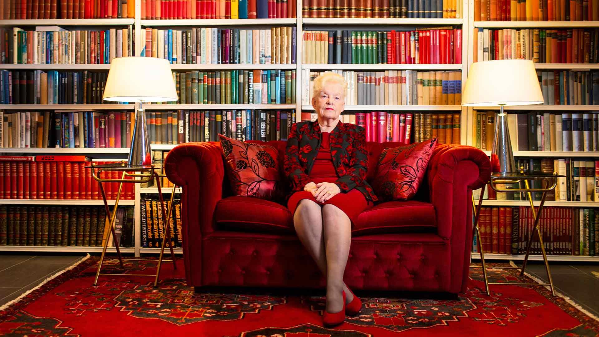 Raunon kokoama kirjasto on Pirjolle tärkeä tietolähde romaanien kirjoittamisessa. Kirjojen äärellä Pirjo tuntee usein myös miehensä läsnäolon.