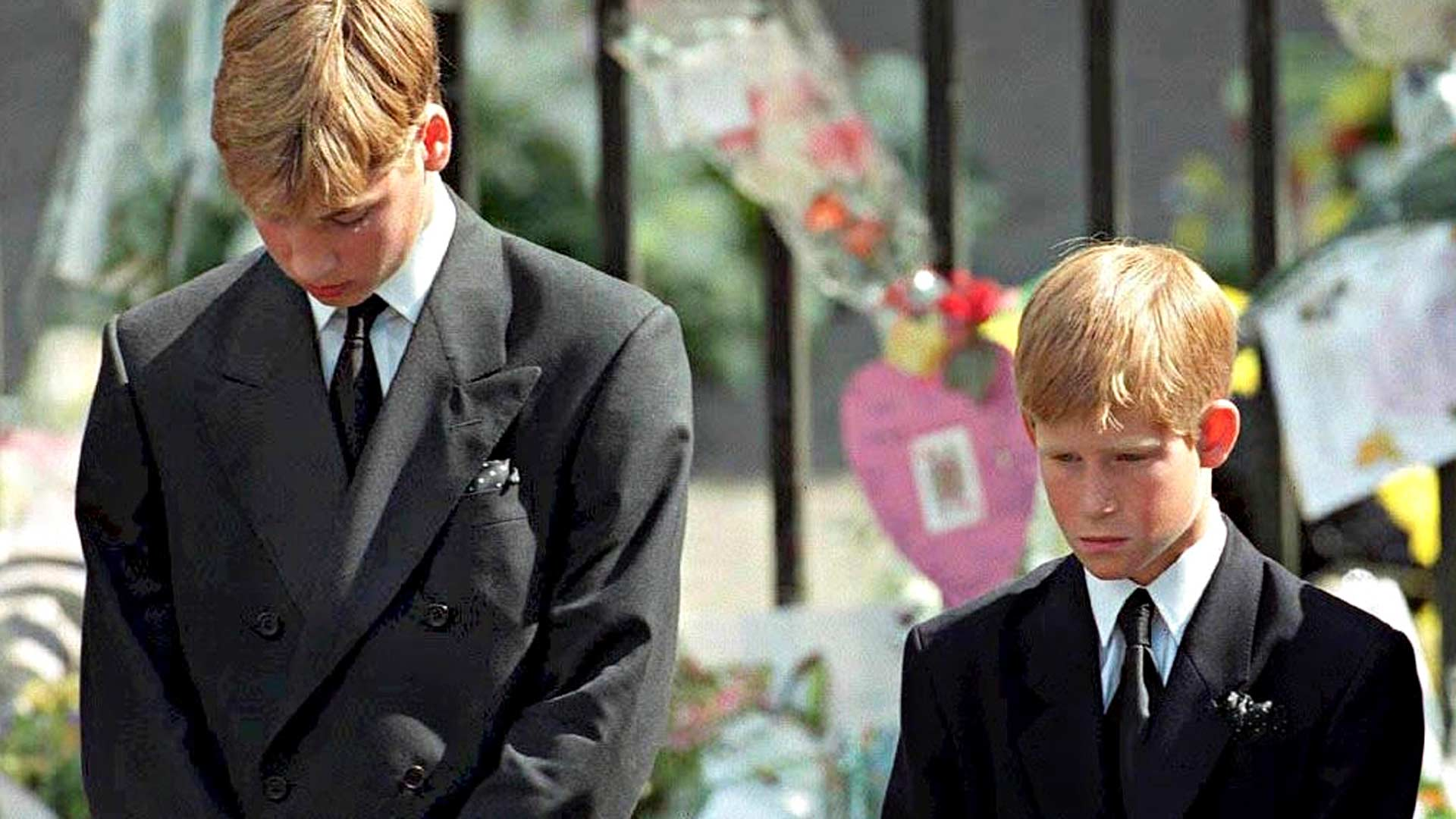 Prinssit menettivät äitinsä varhaisessa teini-iässä. Dianan hautajaisissa 6. Syyskuuta 1997 veljesten suru oli suunnaton.