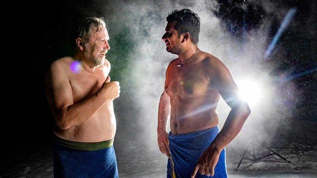 Keijo ja Saroj käyvät saunasta monta kertaa vilvoittelemassa. Kesällä voi käydä myös viereisessä joessa.
