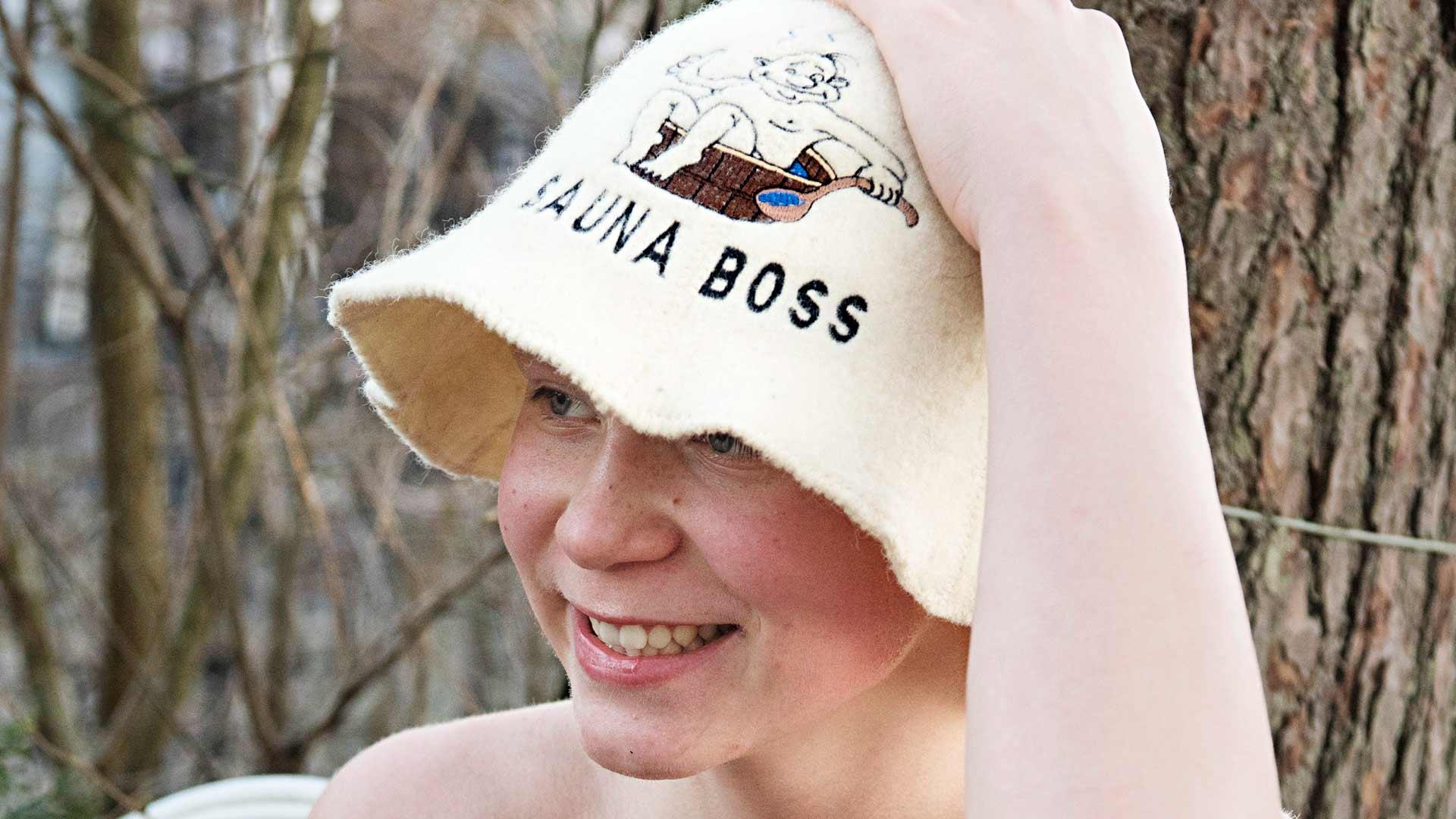 Aarnen Tallinnasta ostama tuliaissaunahattu kuuluu edelleen saunan vakiorekvisiittaan.