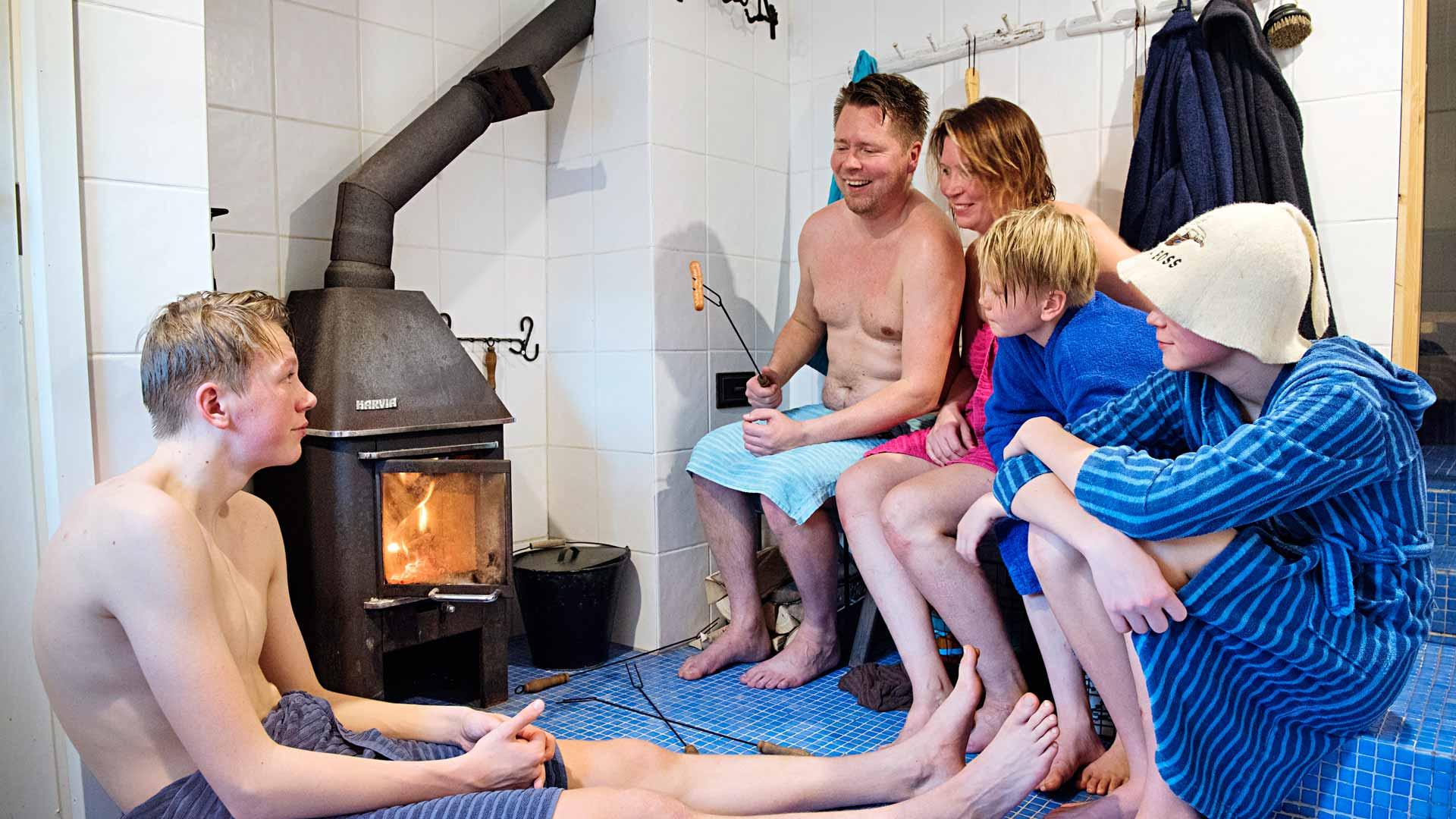 Pesuhuoneen pienessä takassa on paistettu useat nakit, kun lapset olivat nuorempia. Nyt Aatos, Aarne ja Alpo ovat jo niin isoja, että yhteisessä paistohetkessä on tiivis tunnelma.