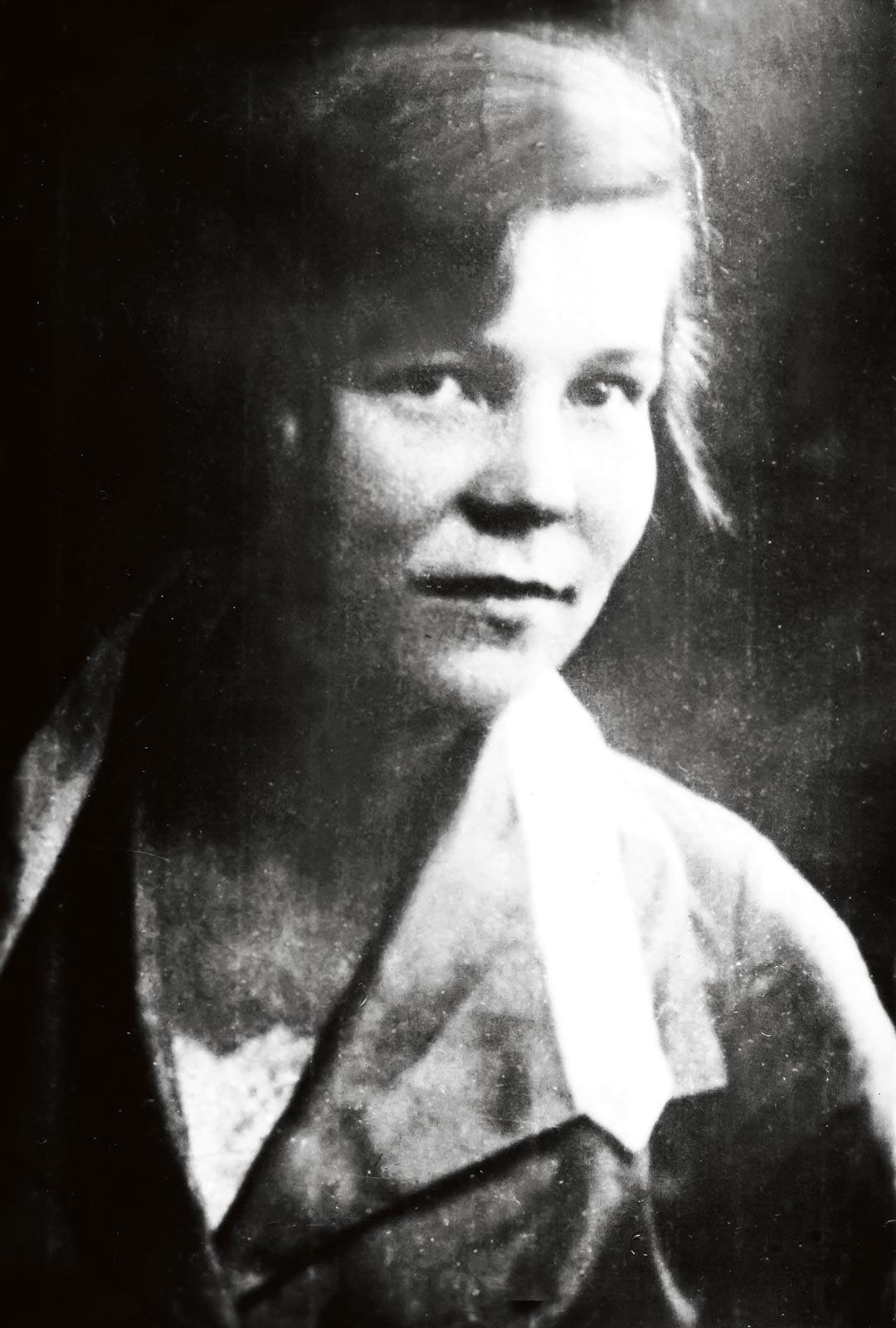 Tyyne Mantere-Zinovjeva (o.s. Heikkinen) kuvattuna 1930-luvulla Muurmannin suurimmassa Uuran kylässä – aikana, jolloin kaikki oli vielä hyvin.