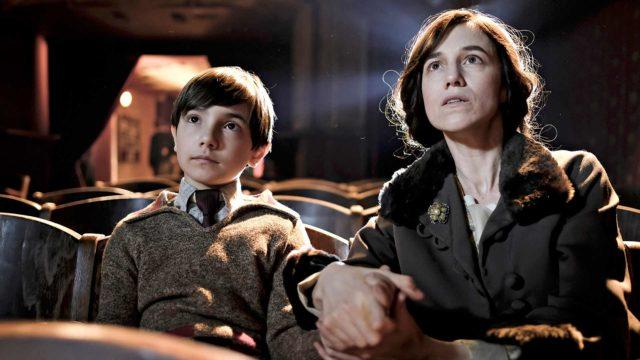 Romain Garya lapsena esittävät Pawel Puchalski (vas.) ja Némo Schiffman, aikuisena Pierre Niney. Charlotte Gainsbourg (oik.) tekee äidin vaativassa roolissa hienon työn.