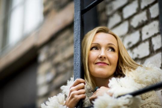 Mari Perankosken äidin kuolema opetti näyttelijälle, että tunteet on kohdattava yksin, jotta voi parantua surusta. Kuvassa Mari Perankoski vuonna 2014.