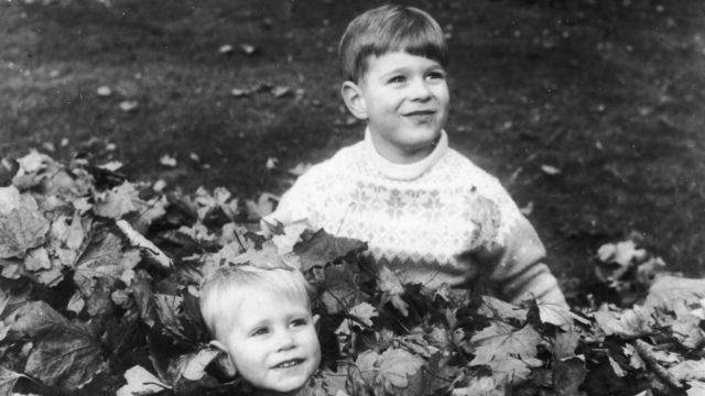 Prinssi Andrew ja prinssi Edward leikkivät syksyisessä lehtikasassa.