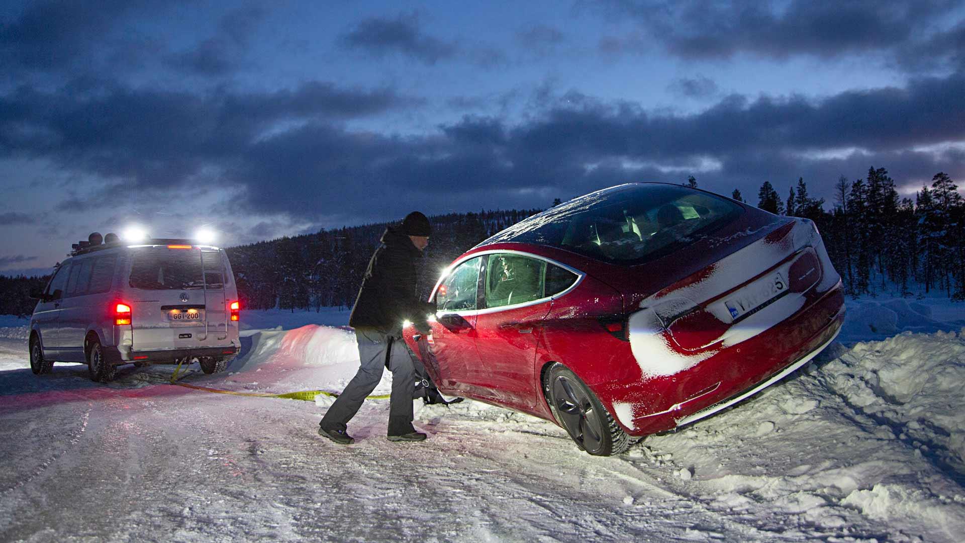 Ulosajoilta ei talvitesteissä vältytä – varsinkaan vierailijoiden ulosajoilta. Jääradalla vahingot jäävät kuitenkin vähäisiksi.
