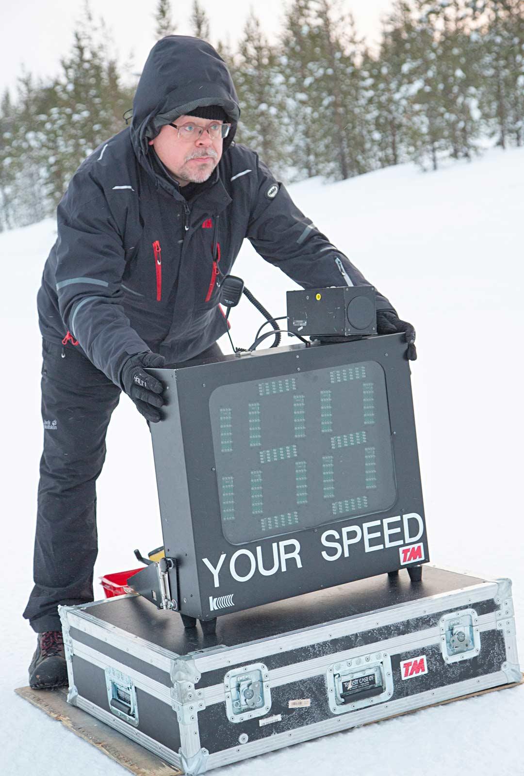 Jari Pitkäjärvi asettaa nopeusmittarin väistökoetta varten.
