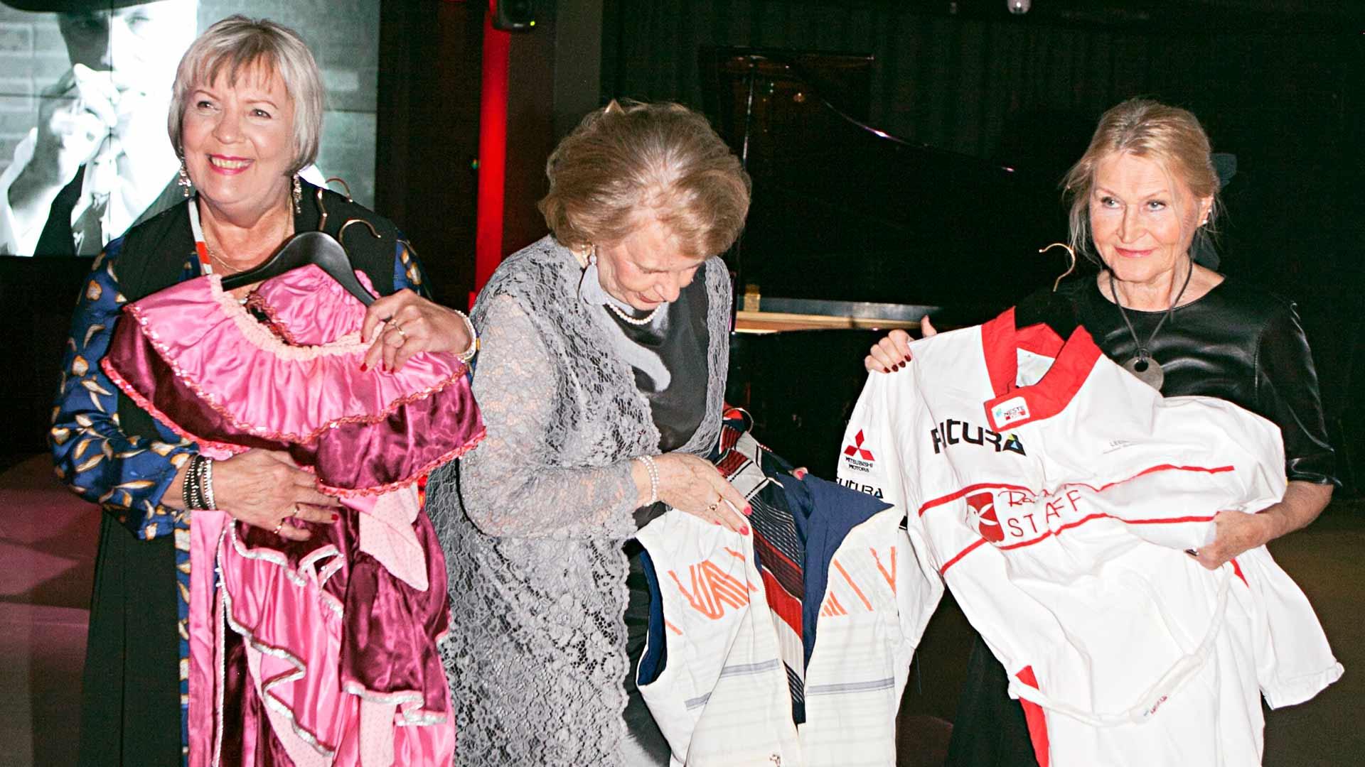 Leena Närä (vas), Marja-Leena Lyytikäinen ja Marita Mäkeläinen ovat tallettaneet asut sambakarnevaalien ja rallien ajoilta.