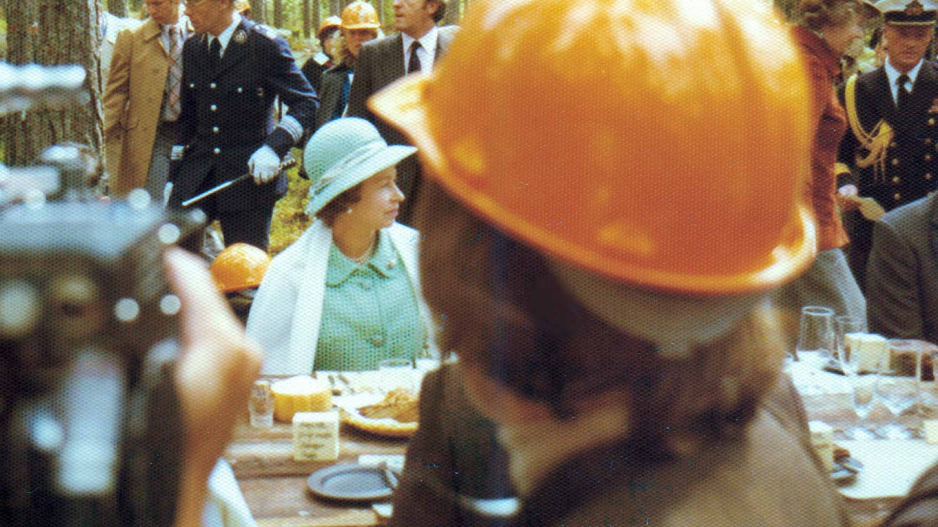 Britannian kuningatar Elisabet oli juuri täyttänyt 50 vuotta, kun hän teki valtiovierailun Suomeen. Mukana oli prinssipuoliso Philip. Jyväskylän kaupunginisien ideana oli viedä hento, arvokas nainen pöllimetsään lounaalle. Elisabet ei siitä pitänyt ja näytti sen.
