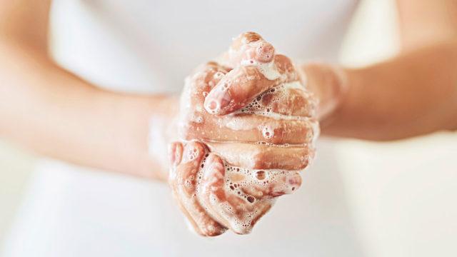 Saippuaa on hierottava huolellisesti kämmeniin, sormiin, sormenpäihin ja -väleihin.