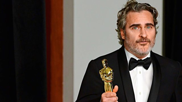 Joker-elokuvassa näytellyt Joaquin Phoenix sai uransa ensimmäisen Oscarin kun hän voitti odotetusti parhaan miespääosan palkinnon.