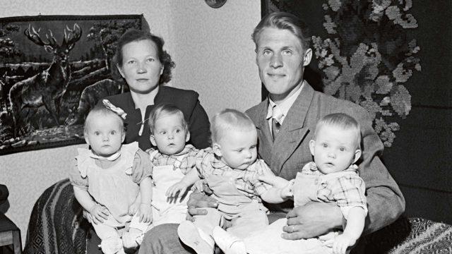 """Suomen ensimmäiset elossa selvinneet neloset saivat valtavasti mediahuomiota 1950-luvulla. Suomen Kuvalehti julkaisi kesällä 1952 kuvia vuoden täyttäneistä nelosista. Hilkka ja Eino Jouppilan sylissä lapset Helena, Martti, Erkki ja Jorma. Lehti kertoi, että """"Helena jo tavoittelee sanoja, 'äiti' tulee aivan selvästi""""."""