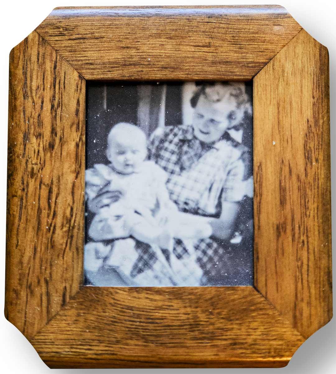 Helenalla ei ole äidistään helliä muistoja. Kuvat kertovat, että hän on joskus ollut äitinsä sylissä.