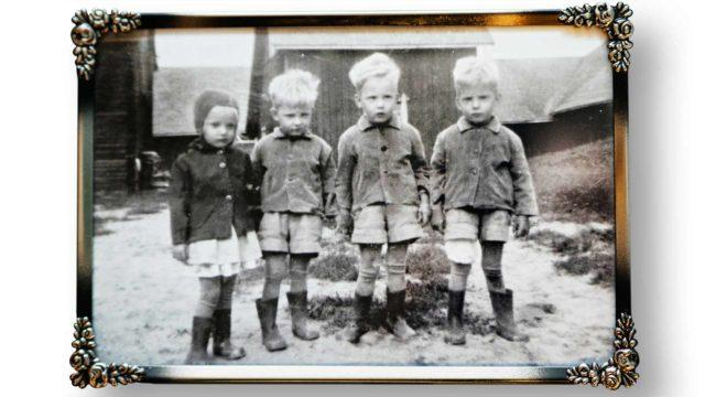 Lapsuudenkodin naapurin ottamassa kuvassa neloset näyttävät huomattavasti arkisemmilta kuin vanhoissa lehtikuvissa. Helena näki kuvan vasta 50-vuotispäivillään ja järkyttyi.
