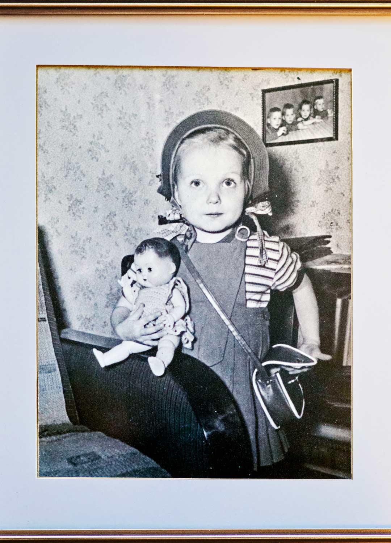 Helena nelivuotiaana, jolloin äiti alkoi vainota häntä. Veljetkin saivat osansa kaltoinkohtelusta.
