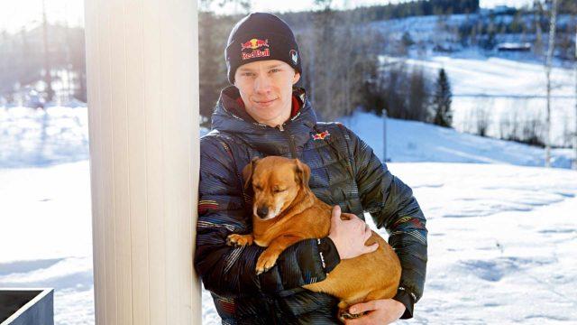 Kalle Rovanperä viihtyy lapsuudenkodissaan, kun pääsee pitämään välipäiviä kilpareissuista. Sylissa perheen Pultti-koira.