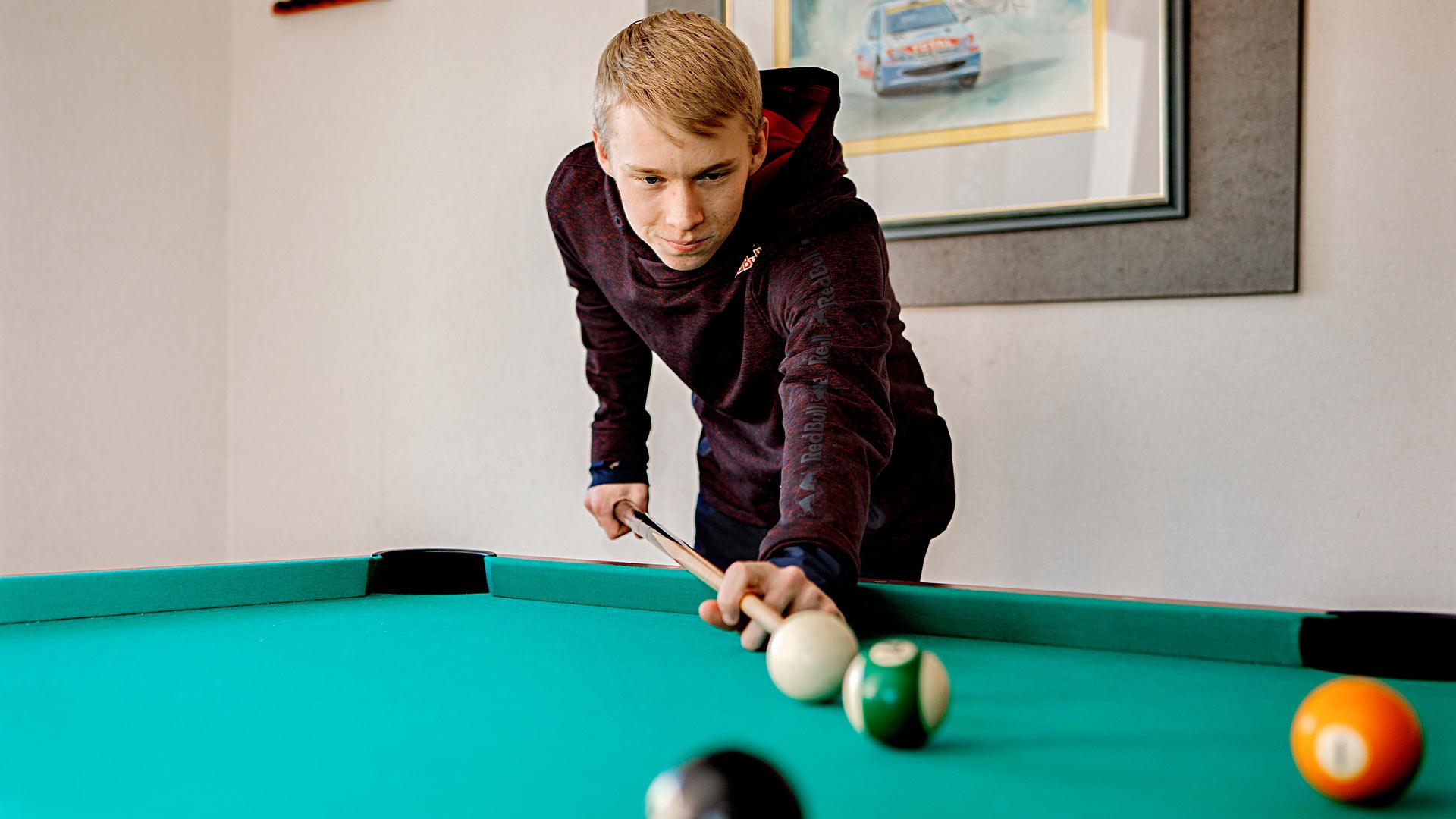 Kalle Rovanperä elää tavallista nuoren miehen elämää peleineen ja tv:n katseluineen silloin harvoin, kun hän on vapaalla.