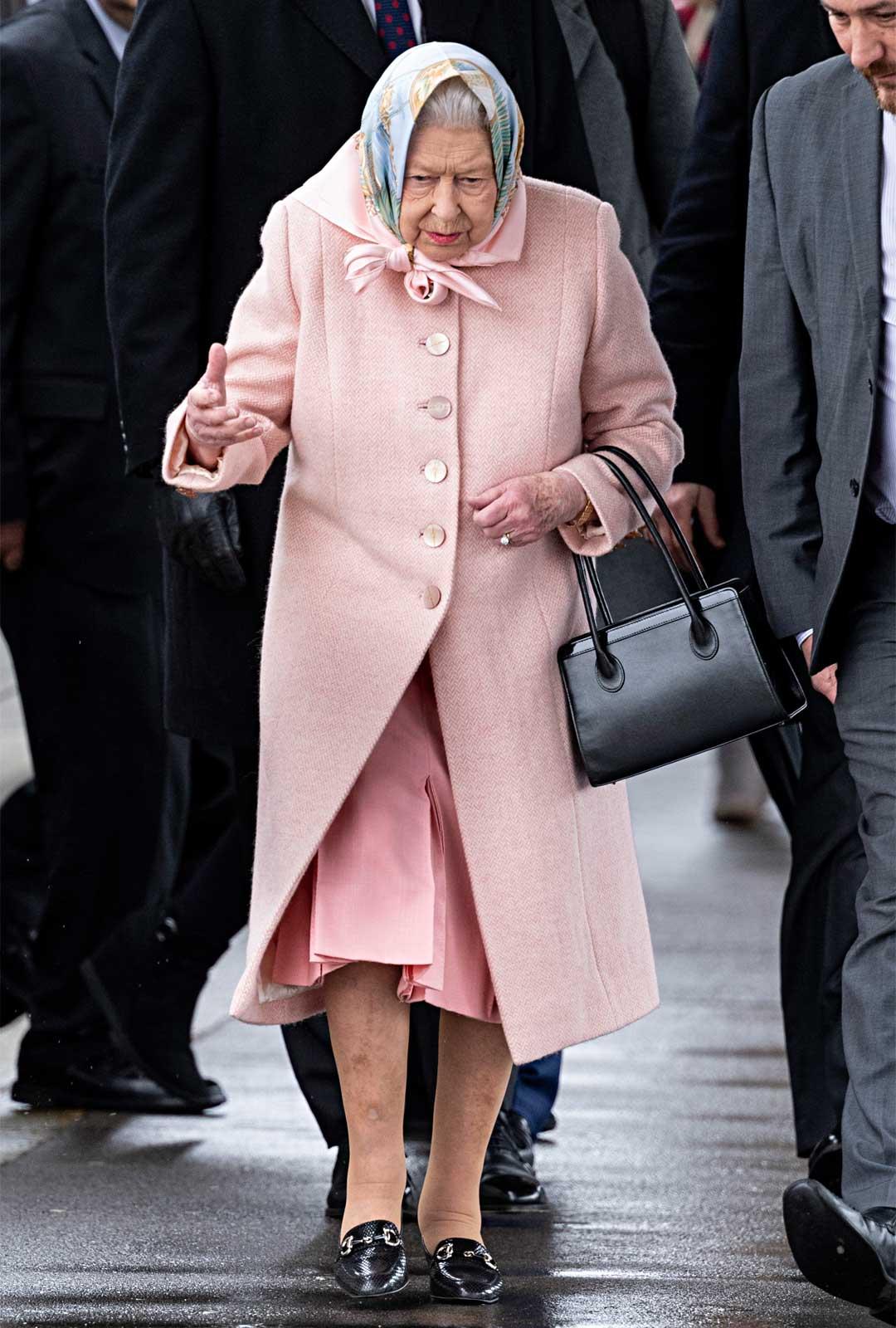 Vaikka Elisabet on ikäisekseen hyväkuntoinen, hän ei ole enää parhaissa voimissaan. Se näkyy myös hänen ryhdissään, joka on alkanut painua kumaraan.
