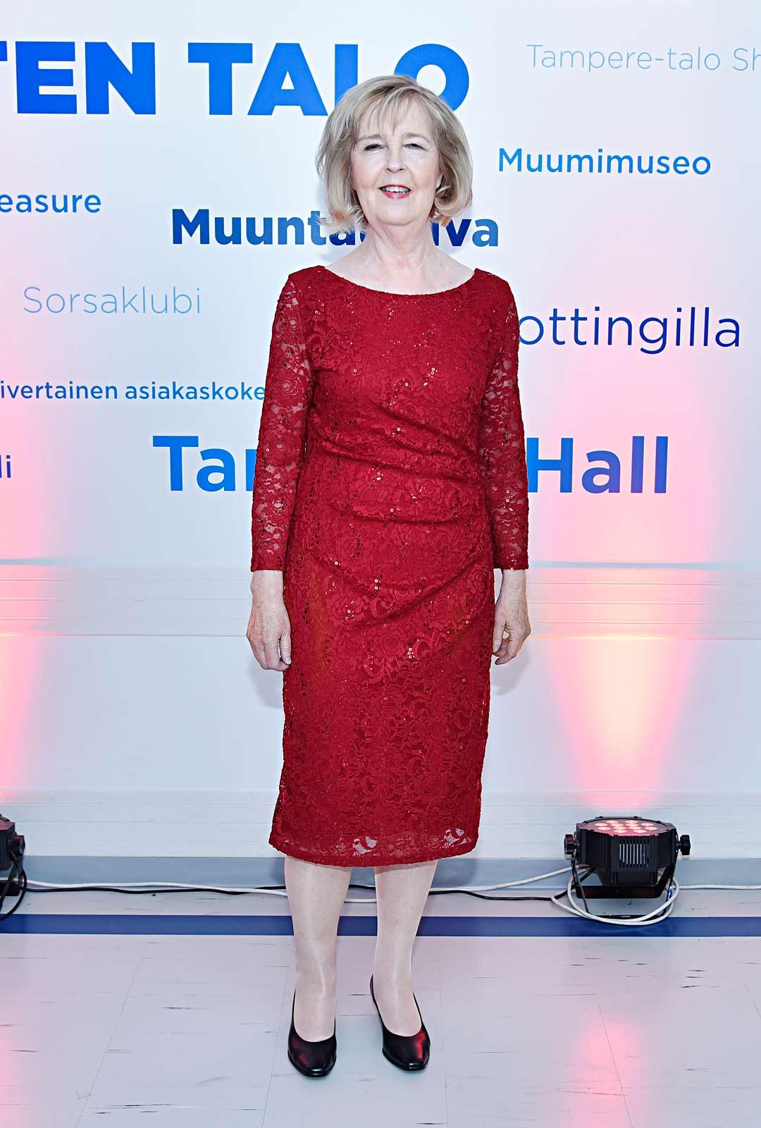 Leena Uotila punaisessa puvussa.