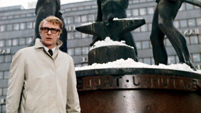 Michael Caine nähdään elokuvassa esimerkiksi Kolmen sepän patsaalla ja eduskuntatalon edustalla.