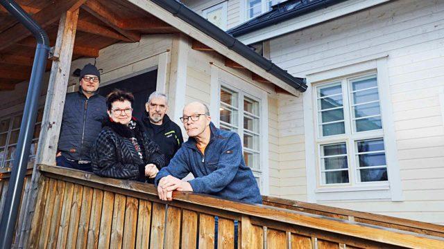 Talon asukkaista Seppo, Leena, John ja Veli-Matti Pöllölän ulkoportailla, joita pitkin pääsee nykyään myös pyörätuolilla.