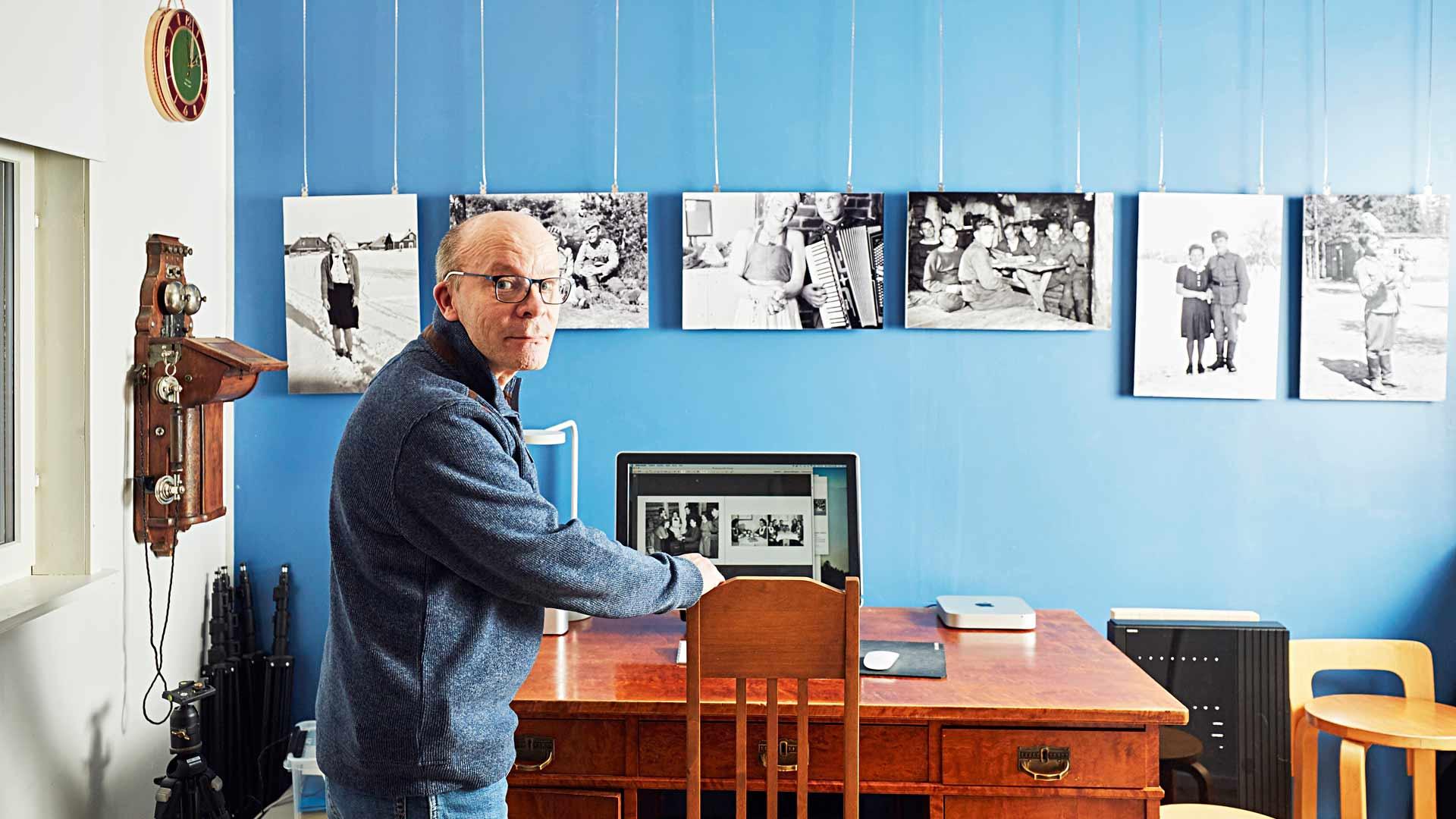 """Veli-Matin huoneen seinille on ripustettu kuvia sodasta. """"Löysin negatiivit aikoinaan vanhasta piirongista. Sukulaismies on ne ottanut, negatiivit palautettiin sodan jälkeen sukulaisille, kun mies itse kaatui rintamalle."""""""
