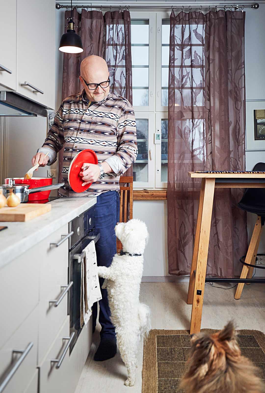 Seppo panosti asuntonsa suunnitteluvaiheessa omaan keittiöön, sillä hän harrastaa kokkaamista.