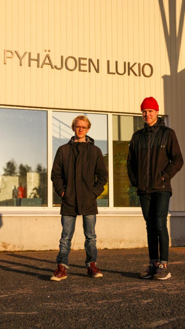 Janne Niemelä ja Iivari Rantala toimivatPyhäjoen Kuulumiset -lehden taittajina.