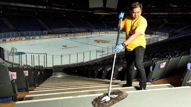 Filippiiniläinen Roderic Paed on siivonnut Helsingin Hartwall Arenaa kuusi vuotta. Myös hänen vaimonsa tekee välillä siivoustöitä, vaikka onkin varsinaiselta ammatiltaan kokki.