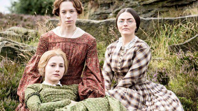 Brontën sisarten rooleissa nähdään Chloe Pirrie (ylhäällä vas.), Finn Atkins (ylhäällä oik.) ja Charlie Murphy (alhaalla).