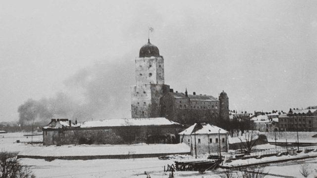 Viipurin linnan tornissa liehui siniristilippu talvisodan loppuun asti. Viipuri siirtyi Neuvostoliitolle vasta rauhanteossa – paperilla.