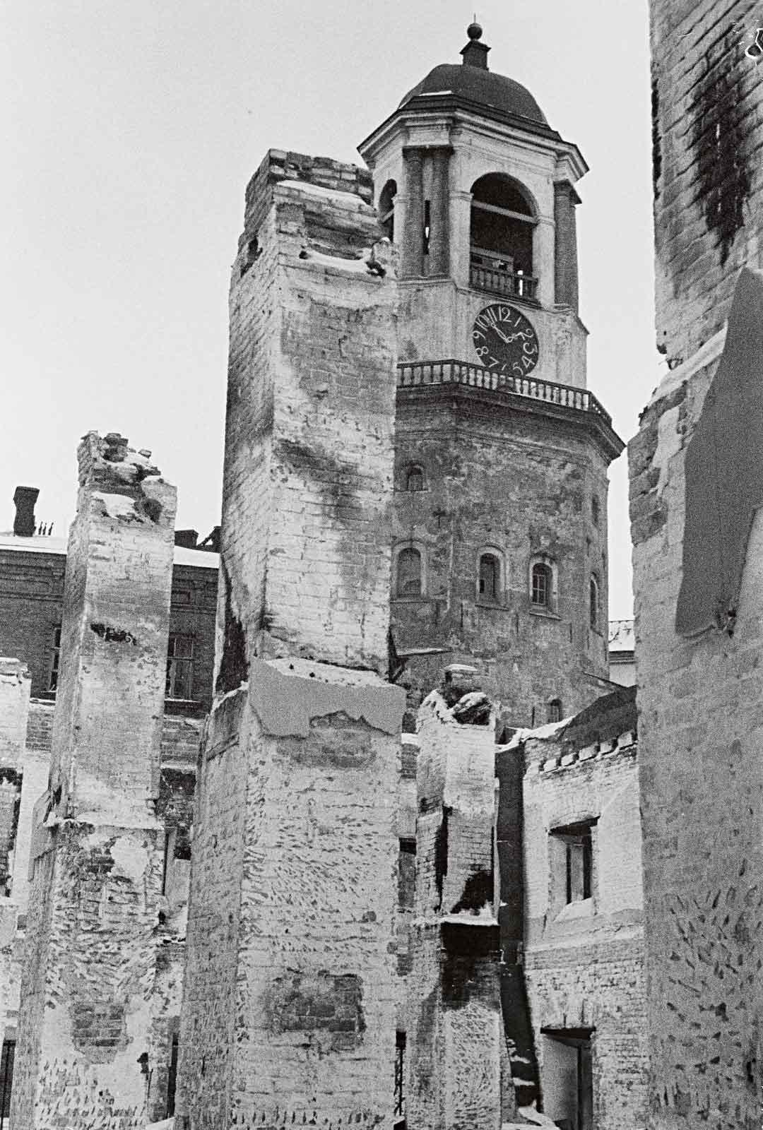 Viipurin varuskuntakirkosta jäivät tuhosunnuntain jälkeen jäljelle kellotornin lisäksi vain sen raunioituneet alaosat. Jo vuonna 1490 rakennettu kellotorni on ollut nykyisen Viipurin suosittuja turistinähtävyyksiä. Sen peruskorjaus aloitettiin kolmisen vuotta sitten.