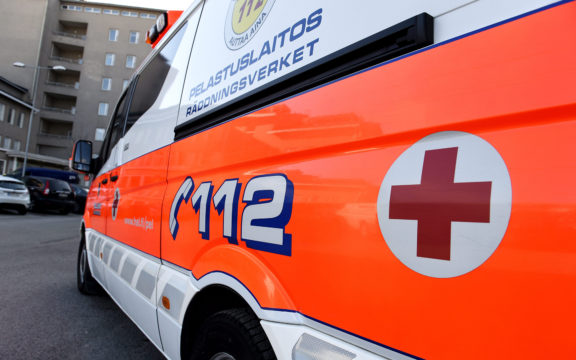 Koronasta epäilty Leena sai kyydin ambulanssilla virustestiin, koska hänellä ei ole omaa autoa.