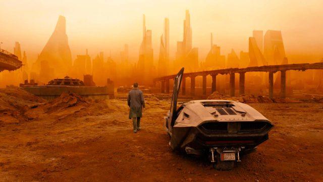 Blade runner K (Ryan Gosling) ajautuu ränsistyneeseen Las Vegasiin elokuvassa Blade Runner 2049
